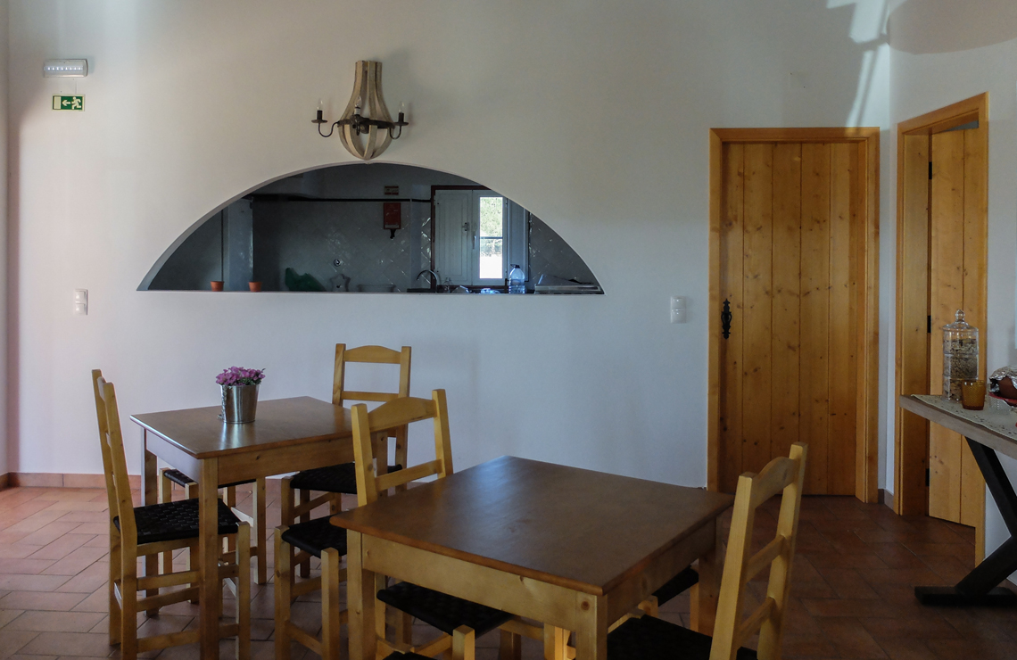 A sala de refeições com vista para a cozinha